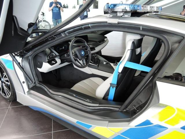 Cảnh sát Séc dùng siêu xe hybrid BMW i8 ảnh 3