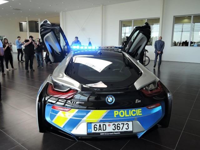 Cảnh sát Séc dùng siêu xe hybrid BMW i8 ảnh 4