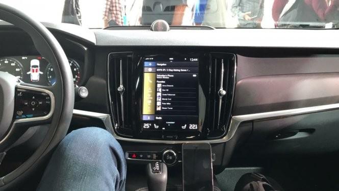Tài xế xe hơi ra lệnh, Google Assistant phục vụ ảnh 1