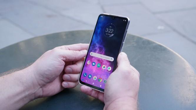 """Đánh giá Motorola One Zoom - Đối thủ """"nặng ký"""" trong phân khúc giá rẻ ảnh 1"""