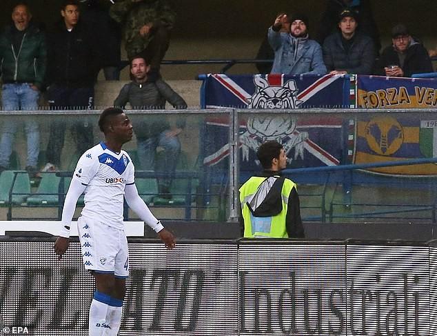"""""""Ngựa chứng"""" Balotelli lại gây shock khi ngang nhiên sút bóng về phía khán giả ảnh 2"""