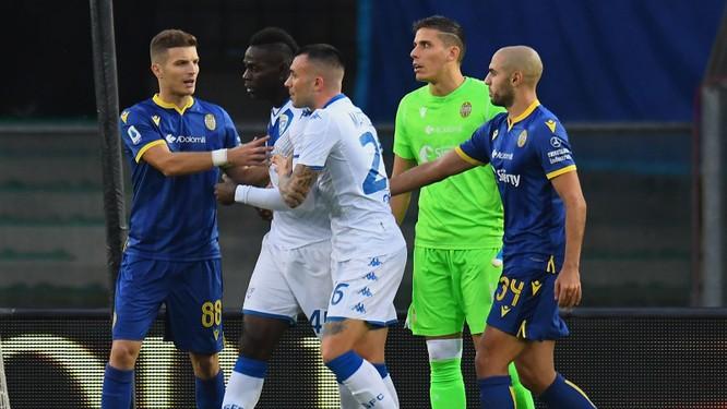 """""""Ngựa chứng"""" Balotelli lại gây shock khi ngang nhiên sút bóng về phía khán giả ảnh 3"""
