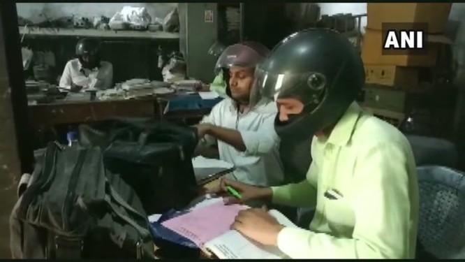 Chuyện lạ tại Ấn Độ: Đồng loạt đội mũ bảo hiểm đi làm ảnh 1