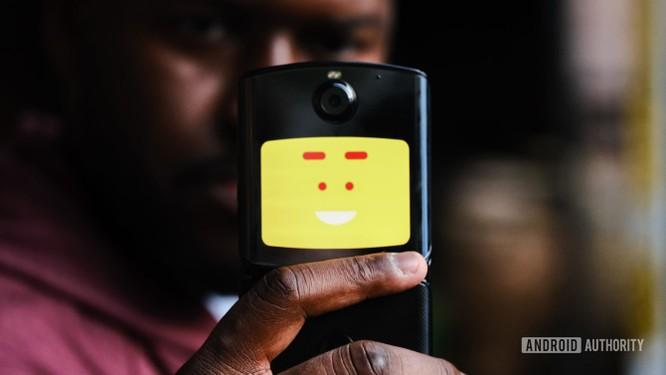 """Trên tay chiếc điện thoại """"gập"""" độc đáo - Motorola Razr ảnh 4"""