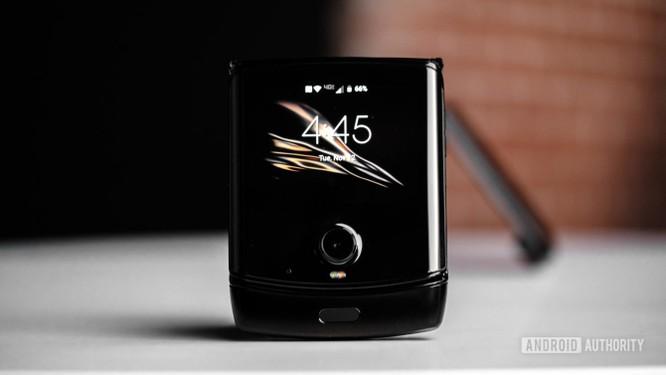 """Trên tay chiếc điện thoại """"gập"""" độc đáo - Motorola Razr ảnh 1"""