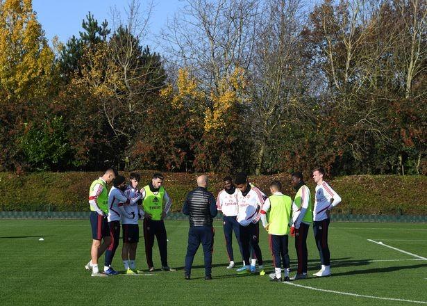 Những tia hy vọng trong buổi tập đầu tiên của Arsenal dưới sự chỉ đạo của huấn luyện viên tạm quyền Freddi Ljungberg ảnh 2