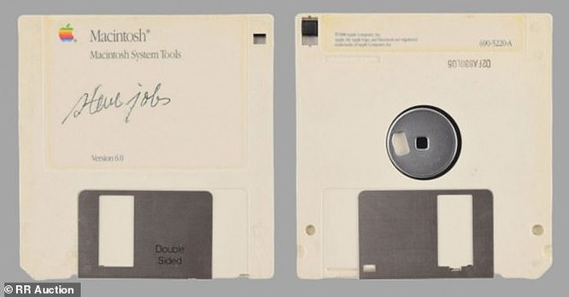 """Chiếc đĩa mềm có chữ ký của Steve Jobs được bán với mức giá """"trên trời"""" ảnh 1"""