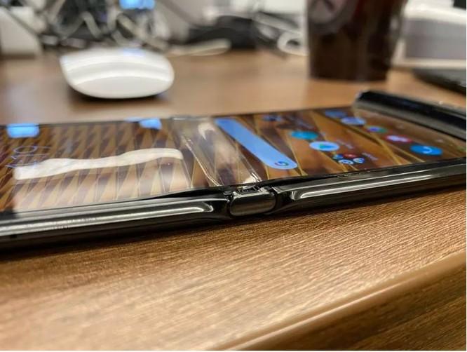 Màn hình Motorola Razr tiếp tục xuất hiện lỗi chỉ sau một tuần sử dụng ảnh 1