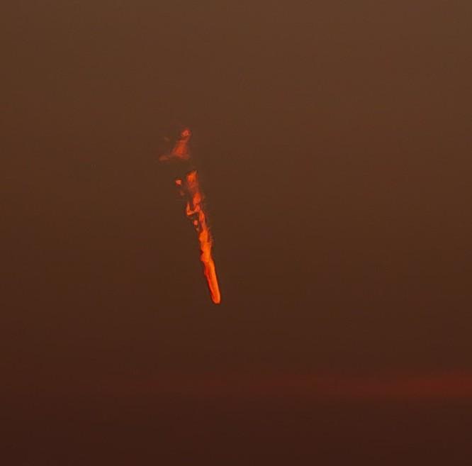 Vật thể lạ cháy rực trên bầu trời nước Anh ảnh 2