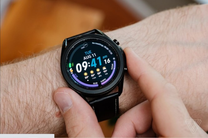 Samsung Galaxy Watch 3 vs Apple Watch SE: Smartwatch nào đáng mua với mức giá 10 triệu đồng? ảnh 1