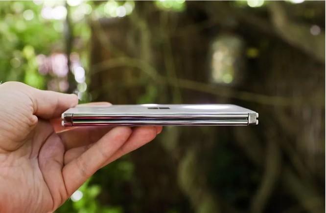 Samsung Galaxy Z Fold 2 và Surface Duo: Nên chọn điện thoại gập nào trong tầm giá 50 triệu đồng? ảnh 2