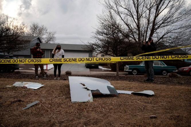 Máy bay của hãng United Airlines đang bay thì rơi động cơ xuống bang Colorado, Mỹ ảnh 2