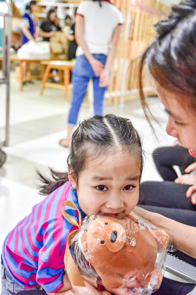 Học sinh Hà Nội - Amsterdam quyên góp tiền qua hoạt động bán sách để ủng hộ các mảnh đời kém may mắn tại Bệnh viện Nhi Trung ương ảnh 1