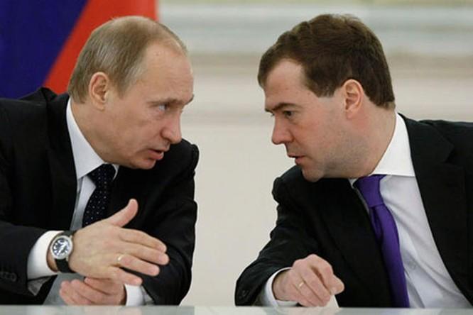 Tổng thống Nga V.Putin (bên trái) và Thủ tướng Nga Dmitry Medvedev (bên phải)-một trong những ứng cử viên tổng thống Nga vào năm 2014 (Ảnh Sputnik)