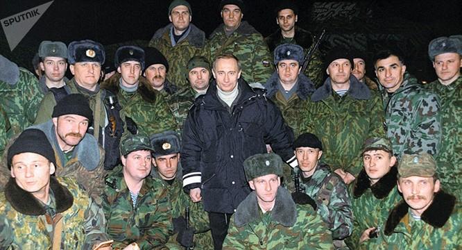 Quyền Tổng thống Nga V.Putin cùng với các binh sĩ Nga thực thi chiến dịch chống khủng bố ở Chesnia tháng 12/1999 (Ảnh: Sputnik).