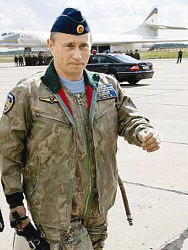 """""""Phi công"""" Putin chuẩn bị lái máy bay ném bom chiến lược TU-160(Ảnh: Sputnik)."""