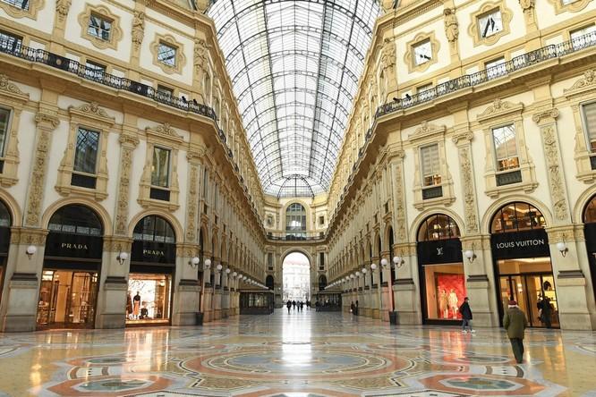 Một trung tâm thương mại ở Milan (Italia) trở nên gần như hoang giữa dịch Covid-19 (Ảnh: Xinhua)