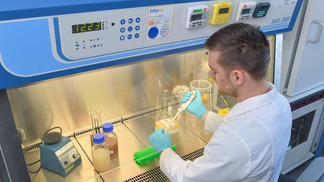 Nhà khoa học Nga trong Phòng thí nghiệm y-sinh học (Ảnh: Rianovosti)