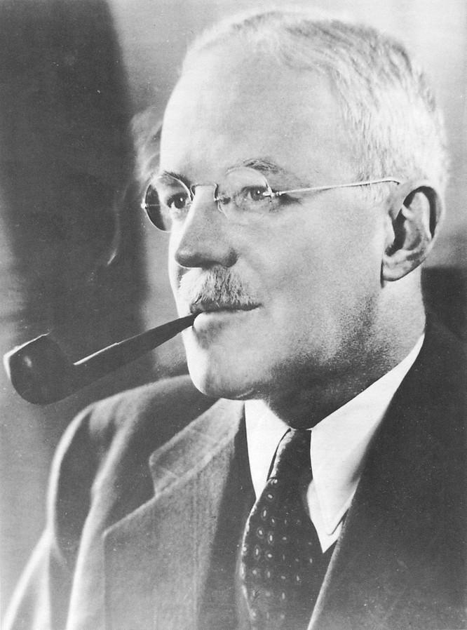Allen Dulles-Giám đốc đầu tiên của Cục tình báo trung ương Mỹ (CIA)-một trong những tác giả của chiến lược làm tan rã Liên Xô và Nga (Ảnh: Wikipedia).