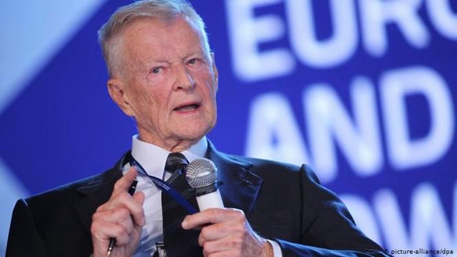 """Zbigniew Brzezinski-Cựu Cố vấn an ninh quốc gia Mỹ: """"Trật tự thế giới mới do Mỹ kiểm soát sẽ được xây dựng trên cơ sở các mảnh vỡ từ sự tan rã của nước Nga"""" (Ảnh: DW)"""