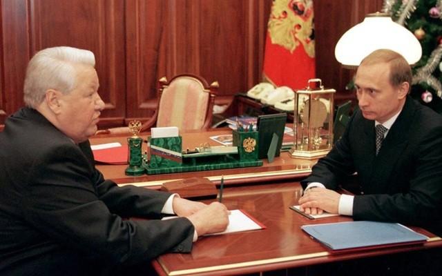 Tổng thống Nga B.Yeltsin (trái) gặp Thủ tướng V.Putin tại Điện Kremlin vào ngày 31/12/1999 trước khi chỉ định V.Putin đảm nhiệm Quyền Tổng thống Nga (Ảnh: AFP).
