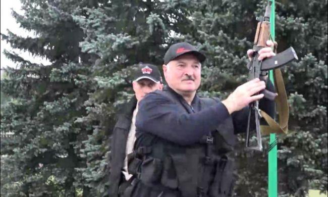 Tổng thống Belarus A.Lukashenko cầm súng tại dinh thự, thể hiện quyết tâm ổn định tình hình (Ảnh EAD)