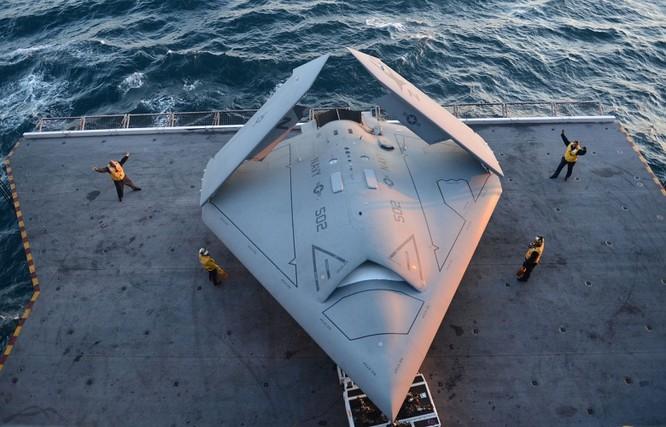 Máy bay không người lái X-47B trên boong tàu sân bay