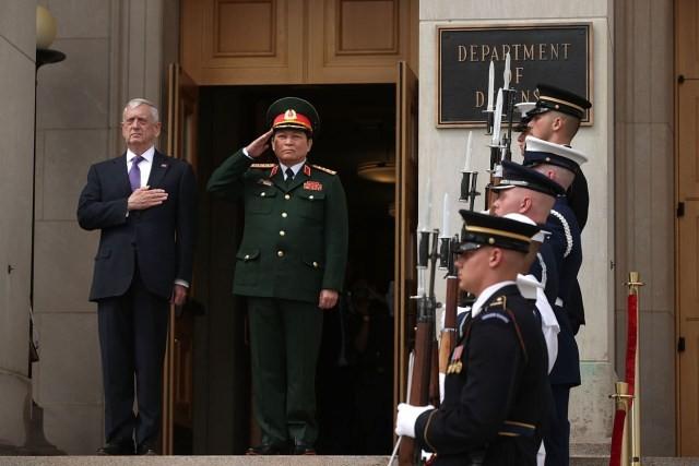 Bộ trưởng Quốc phòng Hoa Kỳ Jim Mattis và Bộ trưởng Bộ Quốc phòng Việt Nam Ngô Xuân Lịch chào cờ trước hàng quân danh dự tại Lầu Năm Góc