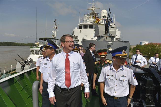 Bộ trưởng Quốc phòng Mỹ khi còn đương nhiệm Ash Carter thăm tàu cảnh sát biển Việt Nam