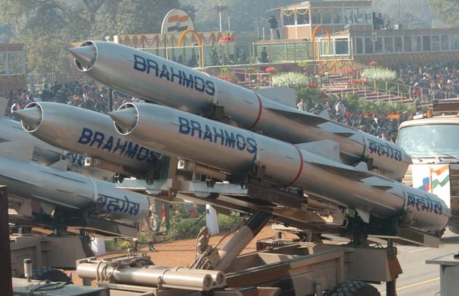 Theo giới chuyên gia, chỉ cần 64 tên lửa BrahMos đủ sức vô hiệu hóa cả một cụm tàu sân bay
