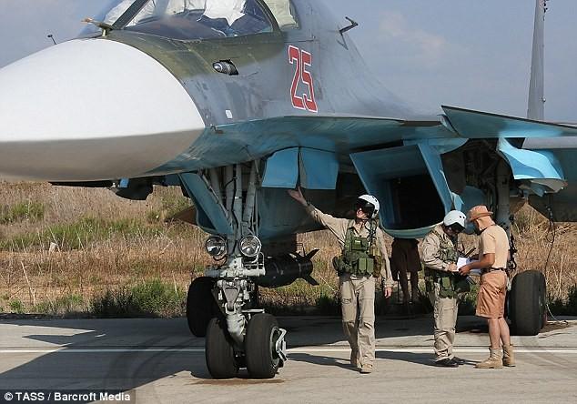 Phi công Nga kiểm tra chiến đấu cơ Su-34 trước khi xuất kích tại chiến trường Syria