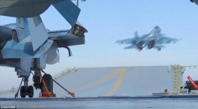 Chiến đấu cơ Su-33 xuất kích từ tàu sân bay Đô đốc Kuznetsov trong chuyến làm nhiệm vụ tại Syria