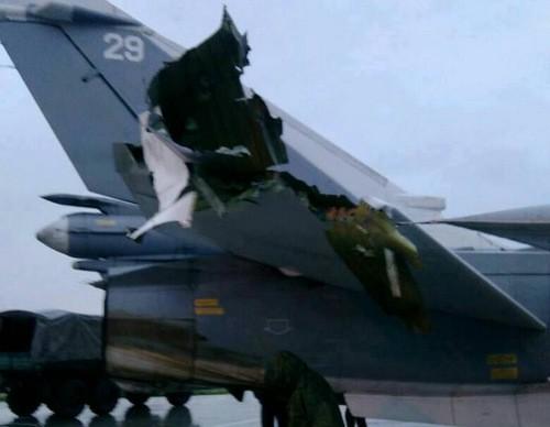 Chiếc máy bay cường kích Su-24 bị hỏng phần cánh đuôi trong cuộc tấn công của phiến quân vào sân bay không quân Nga tại Syria