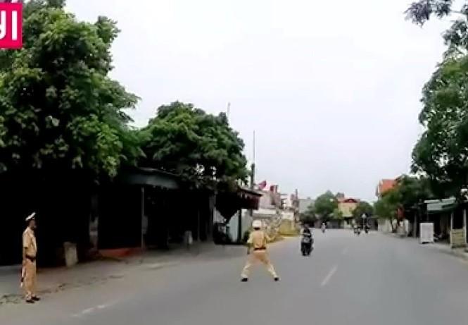 Người CSGT ra giữa đường để chặn xe