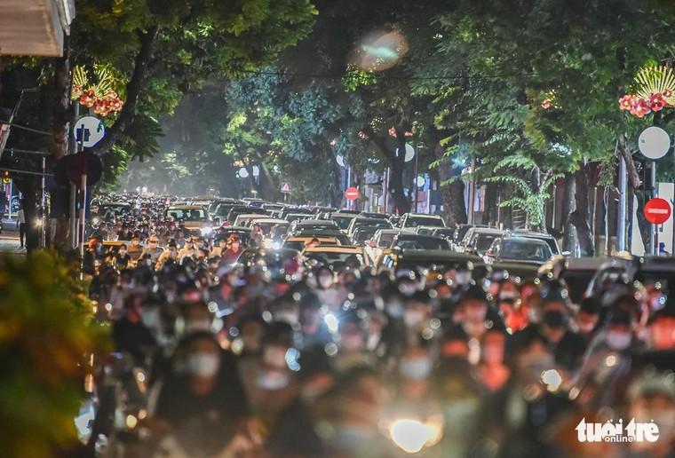 Đêm Trung thu Hà Nội đông nghịt: đâu rồi khoa học dịch tễ, ý thức cộng đồng? ảnh 1