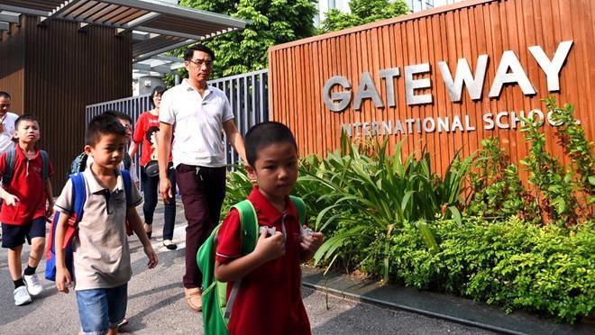 Đồng phục của trường Gate Way là áo thun màu đỏ
