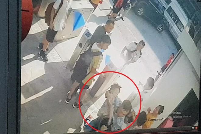 Hình ảnh từ camera an ninh cho thấy bé Long mặc áo trắng lúc được đưa vào phòng cấp cứu của nhà trường