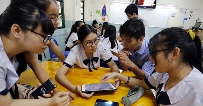 Từ ngày 1.11.2020, học sinh THCS, THPT được sử dụng điện thoại di động trong giờ học để phục vụ học tập. Ảnh: DLV