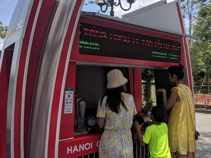Trải nghiệm xe buýt 2 tầng mui trần trong ngày Hà Nội nắng 39 độ ảnh 5