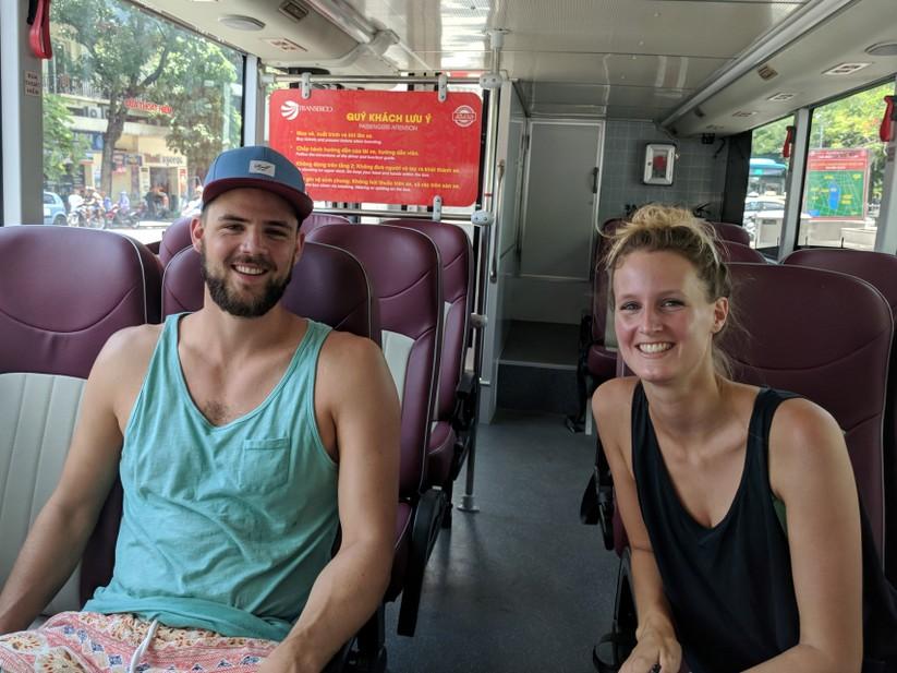 Trải nghiệm xe buýt 2 tầng mui trần trong ngày Hà Nội nắng 39 độ ảnh 17