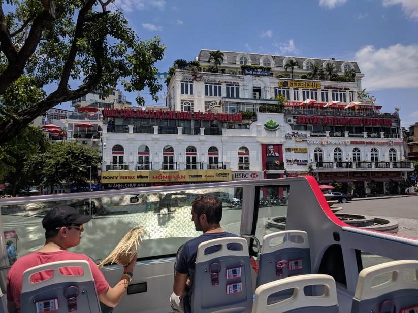 Trải nghiệm xe buýt 2 tầng mui trần trong ngày Hà Nội nắng 39 độ ảnh 11