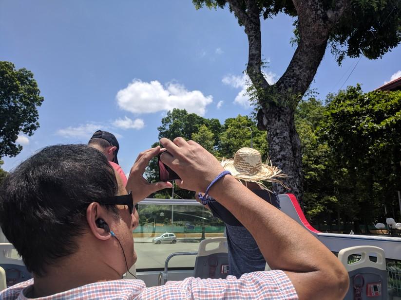 Trải nghiệm xe buýt 2 tầng mui trần trong ngày Hà Nội nắng 39 độ ảnh 14