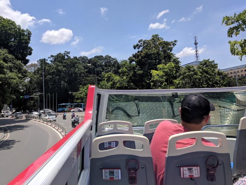 Trải nghiệm xe buýt 2 tầng mui trần trong ngày Hà Nội nắng 39 độ ảnh 13