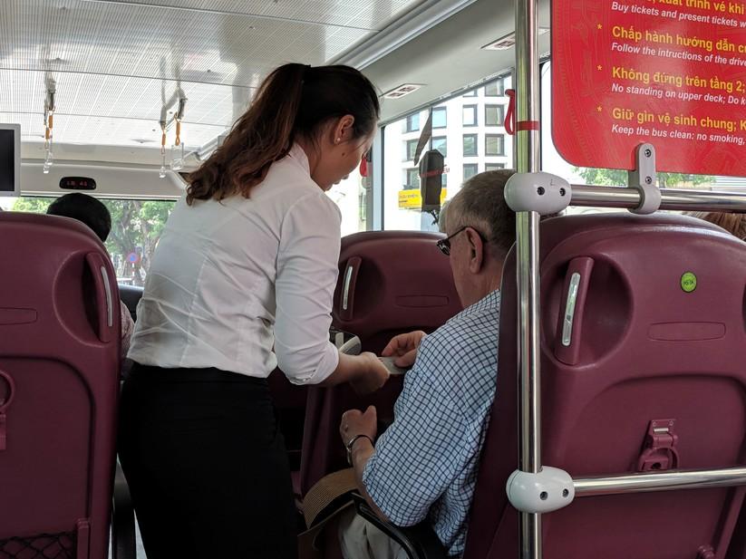 Trải nghiệm xe buýt 2 tầng mui trần trong ngày Hà Nội nắng 39 độ ảnh 15
