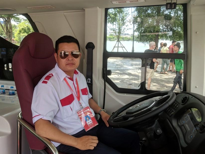 Trải nghiệm xe buýt 2 tầng mui trần trong ngày Hà Nội nắng 39 độ ảnh 16