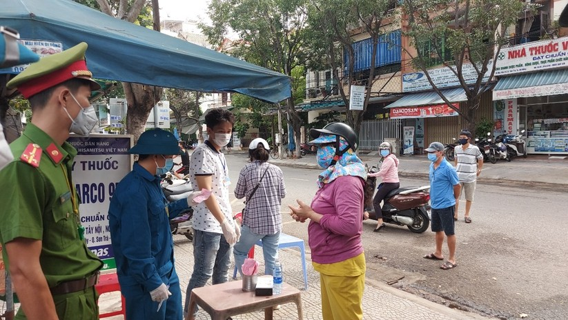 Ảnh: Ngày đầu tiên người dân Đà Nẵng đi chợ bằng phiếu để phòng COVID-19 ảnh 13