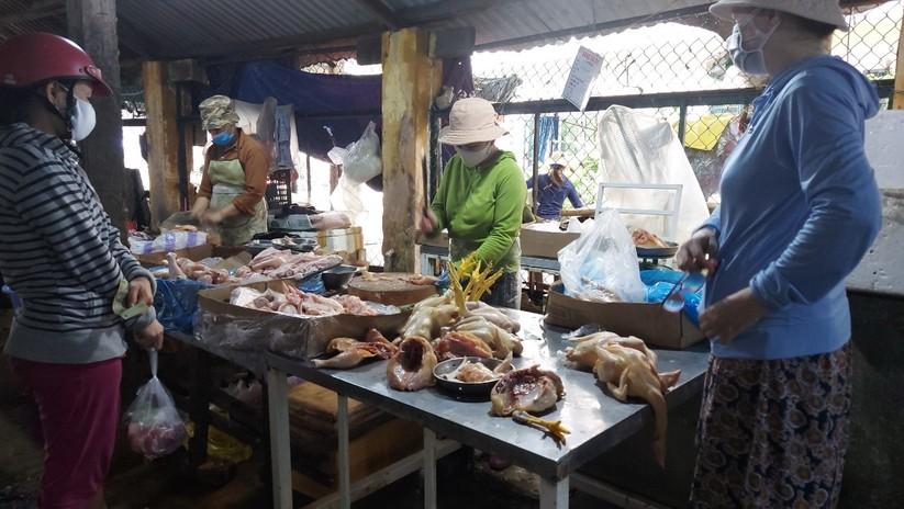 Ảnh: Ngày đầu tiên người dân Đà Nẵng đi chợ bằng phiếu để phòng COVID-19 ảnh 20