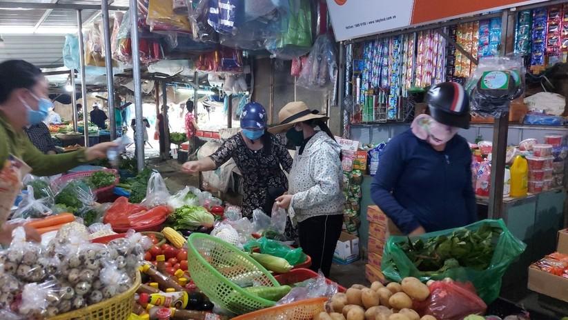 Ảnh: Ngày đầu tiên người dân Đà Nẵng đi chợ bằng phiếu để phòng COVID-19 ảnh 19