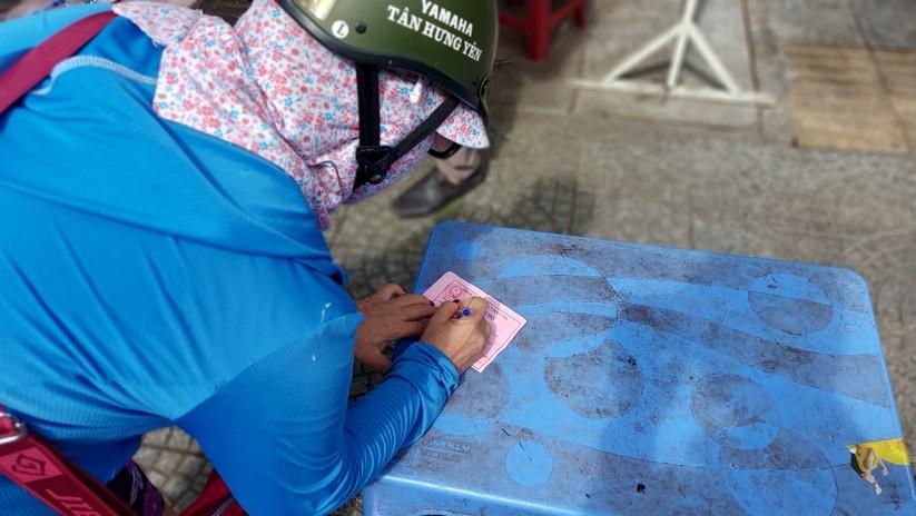 Ảnh: Ngày đầu tiên người dân Đà Nẵng đi chợ bằng phiếu để phòng COVID-19 ảnh 15