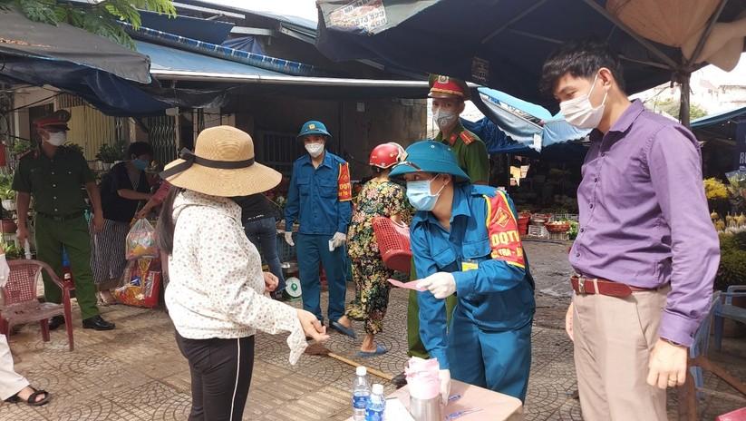 Ảnh: Ngày đầu tiên người dân Đà Nẵng đi chợ bằng phiếu để phòng COVID-19 ảnh 16